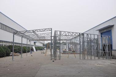 Porcellana Le tettoie/veicolo per il trasporto del metallo prefabbricati impermeabili sparge con le strutture d'acciaio galvanizzate distributore